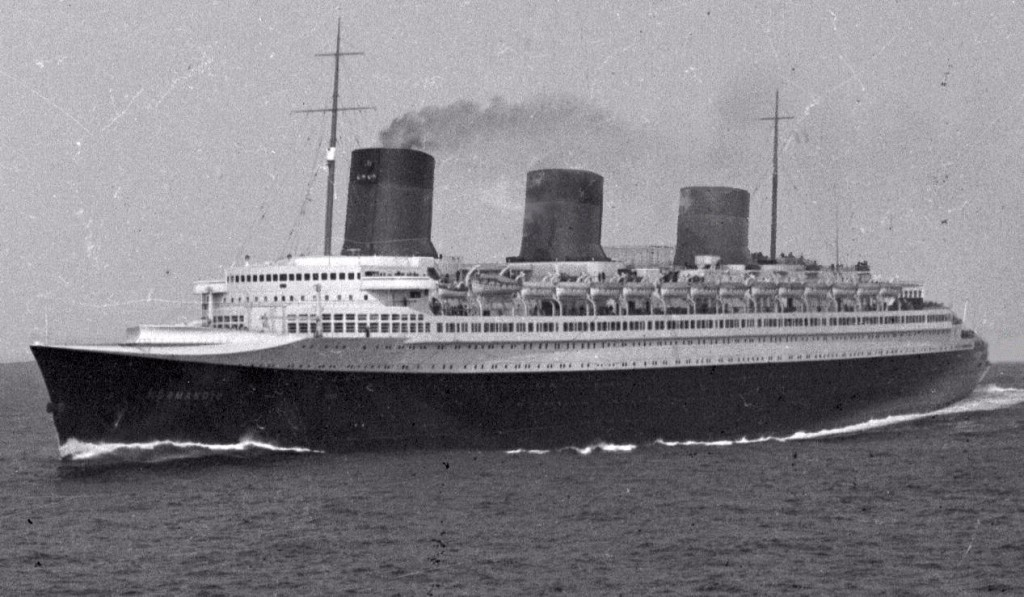 SS_Normandie_at_sea_01